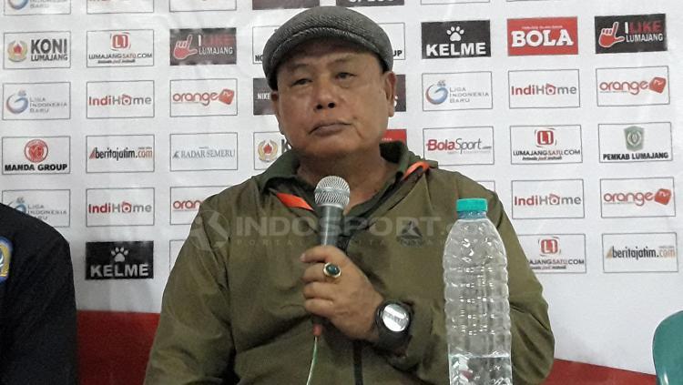 Pelatih Perwira Wamena, Suimin Diharja. Copyright: Ian Setiawan/Indosport.com