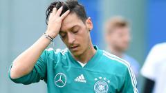 Indosport - Mesut Ozil sedih.