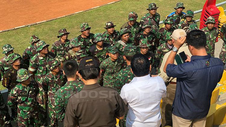 Anggota TNI mendengarkan instruksi dari H Alex Noerdin. Copyright: Muhammad Effendi/INDOSPORT