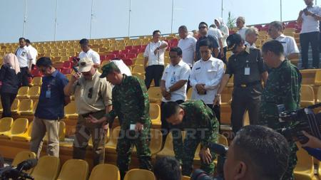 Gubernur Sumatera Selatan H Alex Noerdin meninjau 373 kursi yang dirusak oknum suporter saat laga Sriwijaya FC melawan Arema FC di Stadion Gelora Sriwijaya Jakabaring Palembang. - INDOSPORT