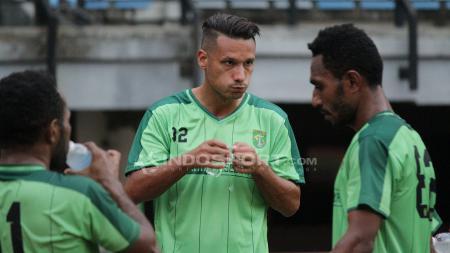 Raphael Maitimo saat latihan bersama Persebaya Surabaya. - INDOSPORT