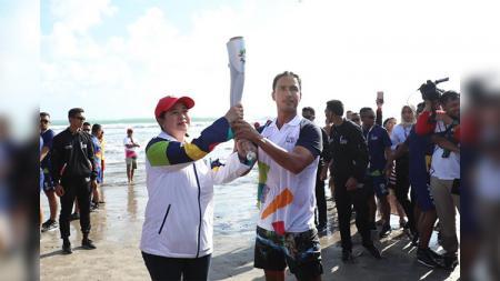 Puan Maharani menyerahkan obor Asian Games 2018 ke Hamish Daud di Bali. - INDOSPORT