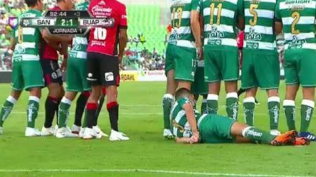 Aksi konyol pemain Santos Laguna, Gerardo Alcoba dalam menghalangi tendangan bebas. - INDOSPORT