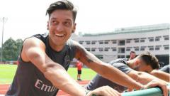 Indosport - Bintang Arsenal, Mesut Ozil, dikenal sebagai salah satu pemain berhati emas di dunia sepak bola.