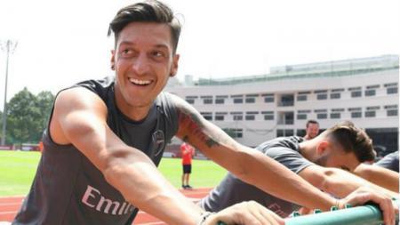 Mesut Ozil saat sesi latihan Arsenal di Singapura, jelang International Champions Cup 2018 - INDOSPORT