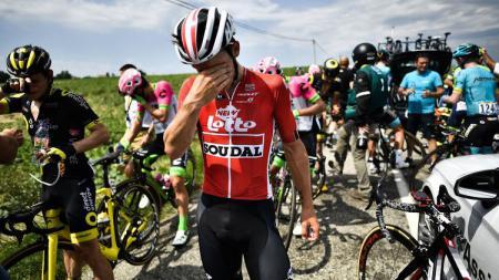 Para pembalap sepeda di Tour de France 2018 tampak mengusap mata mereka yang terkena gas air mata dari polisi setempat. - INDOSPORT