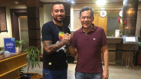 Marcel Sacramento saat menyampaikan perpisahan dengan Manajer Persipura, Rudy Maswi. - INDOSPORT