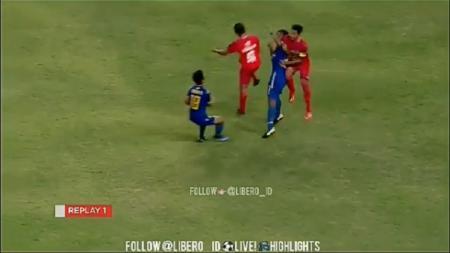 Muhammad Rokani alami benturan keras di pertandingan Liga 2 2018. - INDOSPORT