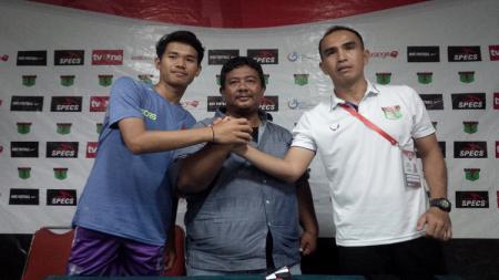 Asisten pelatih Persita Tangerang, Akira Leonard Soputan (kanan) berfoto bersama pemainnya seusai konfrensi pers di Stadion Siliwangi, Kota Bandung, Rabu (25/07/18). - INDOSPORT
