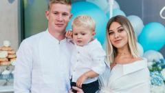 Indosport - Bintang klub Manchester City, Kevin de Bruyne, bersama istri dan anaknya.