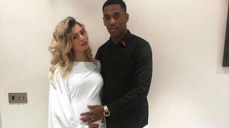 Anthony Martial bersama sang istri.