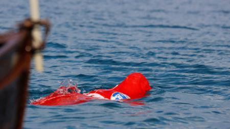 Yane Petkov, perenang asal Bulgaria yang berenang dengan ditutupi karung. - INDOSPORT
