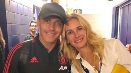 Julia Robers mendukung Alexis Sanchez dalam pertandingan International Champions Cup melawan AC Milan di Los Angeles - INDOSPORT