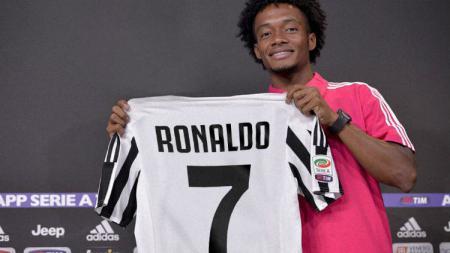 Juan Cuadrado memberikan nomor punggungnya untuk Ronaldo. - INDOSPORT