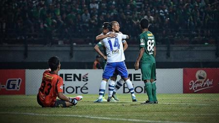 Dua gol Supardi membawa Persib Bandung unggul atas Persebaya Surabaya. - INDOSPORT