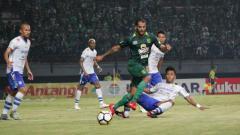 Indosport - Penggawa Persebaya Surabaya saat berusaha menembus pertahanan Persib Bandung.