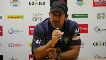 Pelatih Persebaya Surabaya, Angel Alfredo Vera saat konferensi pers usai pertandingan. - INDOSPORT