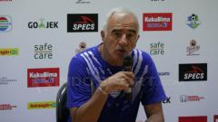 Indosport - Pelatih Persib Bandung, Roberto Carlos Mario Gomez saat konferensi pers usai pertandingan.
