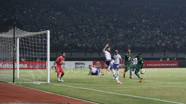 Bek Persib, Bojan Malisic berusaha menghalau tendangan pemain Persebaya Copyright: Fitra Herdian/INDOSPORT