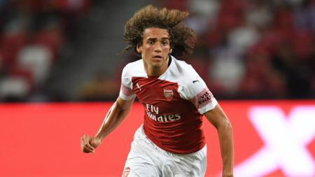 Matteo Guendouzi kedapatan banting setir menjadi pemain rugby dengan menjatuhkan Wilfred Zaha di laga Liga Inggris antara Arsenal kontra Crystal Palace. - INDOSPORT