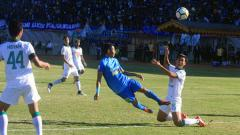 Indosport - Para pemain saling berebut bolah ketika PSIM Yogyakarta vs PSS Sleman di Liga 2 2018.