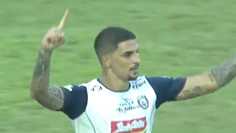 Arthur Cunha berselebrasi usai mencetak gol ke gawang Mitra Kukar. Copyright: Twitter/liga1march