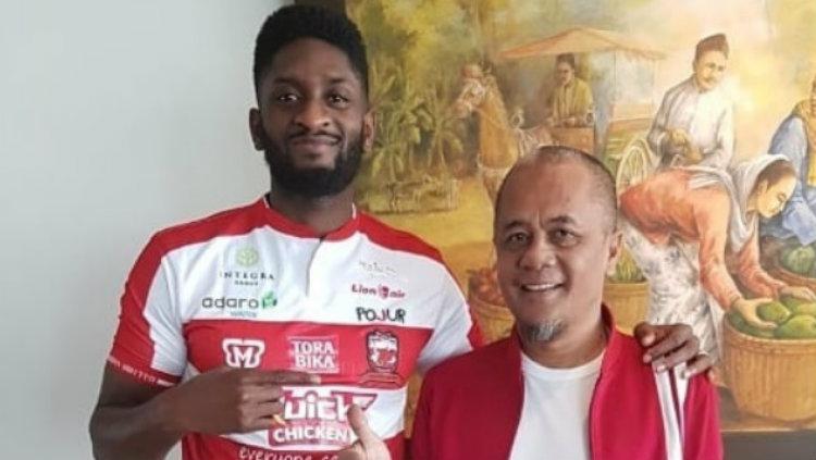 Mamadou Samassa saat diperkenalkan manajer Madura United, Haruna Soemitro Copyright: instagram/MaduraUnited.fc