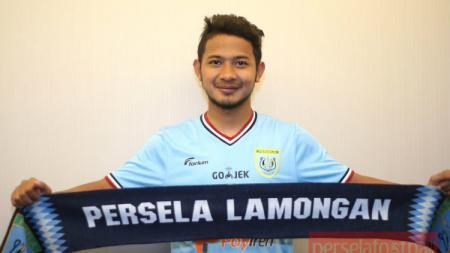 Gian Zola memegang syal klub barunya, Persela Lamongan. - INDOSPORT