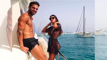 Cesc Fabregas dan Daniella Semaan asyik bermesraan ditemani suasana laut. - INDOSPORT