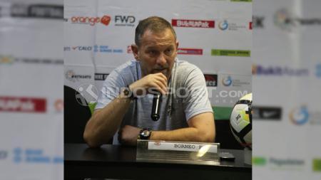 Dejan Antonic saat melakukan konferensi pers. - INDOSPORT