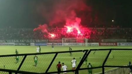 Markas PSMS Medan, Stadion Teladan membara dengan flare dan kembang api. - INDOSPORT