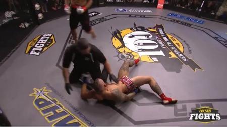 Pertarungan MMA Antara Mumia Abu Dey Ali Melawan Mitch Aguiar. - INDOSPORT