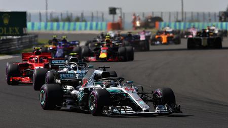 Lewis Hamilton memimpin balapan di GP Hungaria. - INDOSPORT