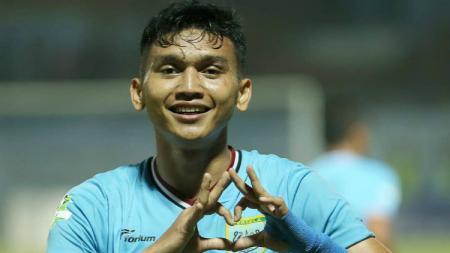 Striker anyar Persela Lamongan, Dendy Sulistiawan, selebrasi usai mencetak hattrick ke gawang Persipura. - INDOSPORT
