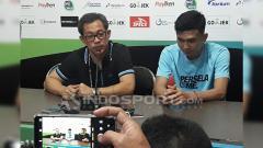 Indosport - Pelatih Persela, Aji Santoso saat konferensi pers.