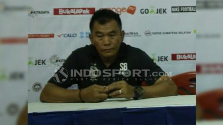 Pelatih anyar Persiku Kudus, Subangkit, dalam jumpa pers. - INDOSPORT