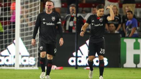 Wayne Rooney tampak berdarah di bagian hidung saat laga di mana dirinya mencetak gol pertamanya untuk DC United. - INDOSPORT