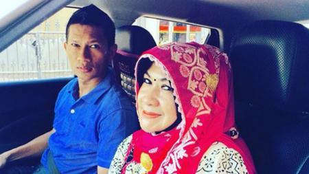 Salah satu legenda sepak bola dari tim Persija Jakarta, Ismed Sofyan tidak pulang ke rumah sejak 2017 ia memblokir WA sang Istri Cut Rita. - INDOSPORT