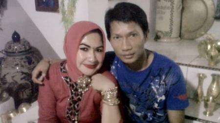 Ismed Sofyan dan istrinya Cut Ita saat masih muda. - INDOSPORT
