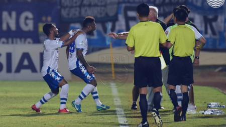 Patrich Wanggai dan Ardi Idrus akan merayakan gol dengan Mario Gomez. - INDOSPORT