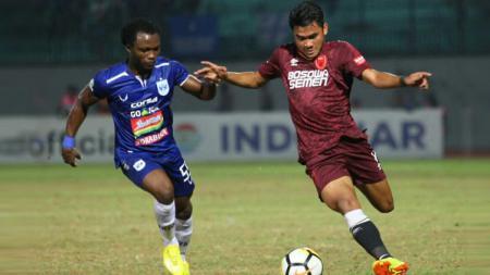 Asnawi Mangkualam mendapat pengawalan ketat dari pemain PSIS Semarang di Liga 1 2019. - INDOSPORT