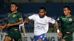 Indosport - Ardi Idrus dikejar dua pemain PS TIRA,