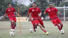 Indosport - Striker Anyar, Renan Silva (tengah) mulai berlatih dengan Persija Jakarta.