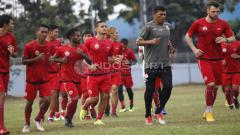 Indosport - Para pemain Persija Jakarta melakukan pemanasan sebelum berlatih.