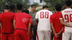 Indosport - Pelatih Teco saat memberikan arahan kepada pemainnya sebelum berlatih.