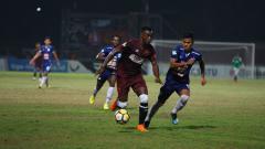 Indosport - Guy Junior dikejar pemain PSIS Semarang saat sedang membawa bola.