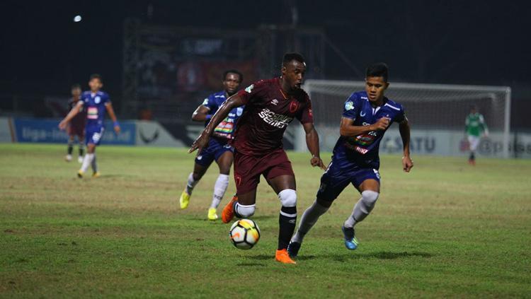 Guy Junior dikejar pemain PSIS Semarang saat sedang membawa bola. Copyright: Media PSM Makassar