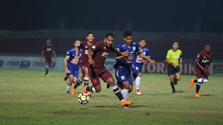 Pemain PSM Makassar Zulham Zamrun tengah membawa bola ke arah gawang PSIS Semarang di Liga 1 2018. - INDOSPORT