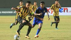 Indosport - Pemain Malaysia U-16 saat melindungi bola.