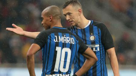 Pemain sepak bola Inter Milan, Joao Mario (kiri), kemungkinan besar bakal menyusul Ivan Perisic pindah ke Bundesliga Jerman. - INDOSPORT